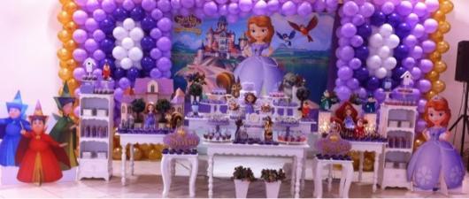Decoração de festa princesa sofia com móveis provençais e bexigas