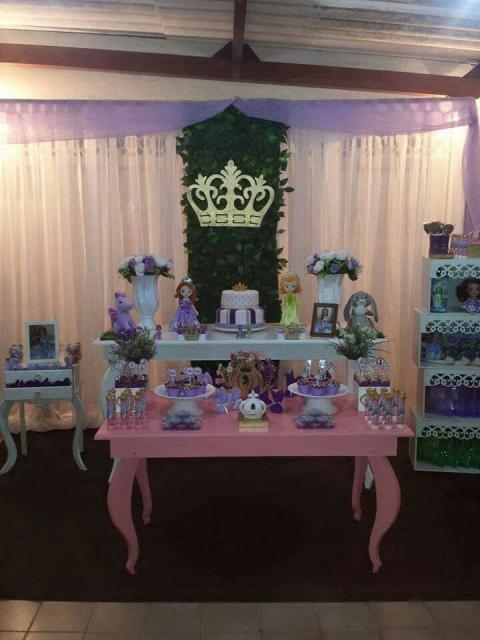 Móveis provençais combinados com decoração de festa Princesa Sofia