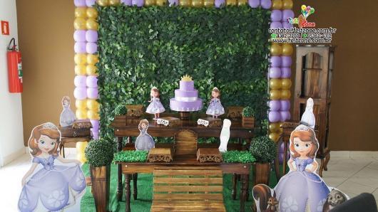 Móveis rústicos e parede de folhas decoram a festa princesa Sofia