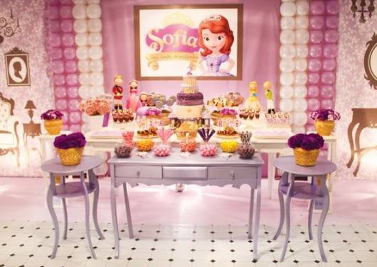 Decoração provençal para festa princesa Sofia com vidros de guloseimas e vasos de flores.