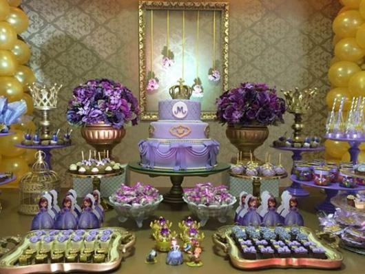 Decoração em dourado, violeta, lavanda e lilás para festa princesa Sofia.