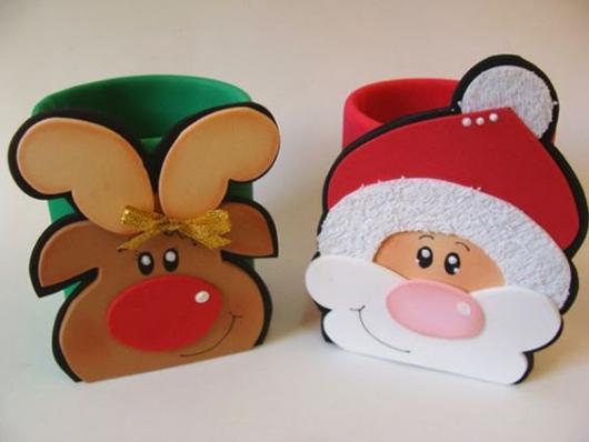 copos de plástico verde e vermelho com rena e Papai Noel de EVA