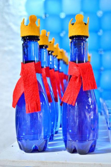 garrafa d'água com fita vermelha e coroa na tampa como lembrancinhas do Pequeno Príncipe