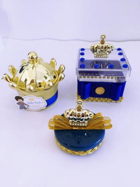 caixinhas de plástico decoradas com Pequeno Príncipe e coroas