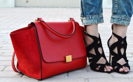 bolsa e sandália de salto alto