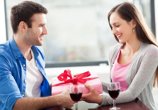 homem dando presente para mulher