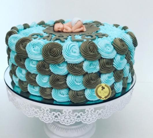 bolo simples marrom e azul