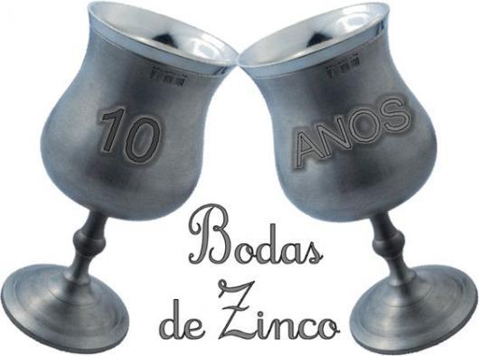 """Taças de zinco com """"10 anos"""" escrito."""
