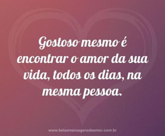 Mensagem romântica com fundo rosa e coração branco.
