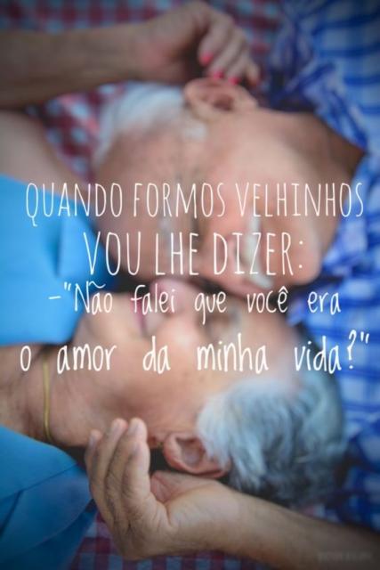 Mensagem romântica com foto de um casal idoso.