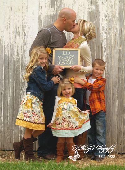 Família segurando quadro de giz.