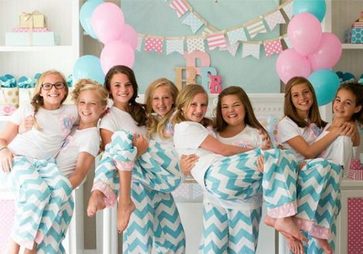 Grupo de meninas com o mesmo pijama.