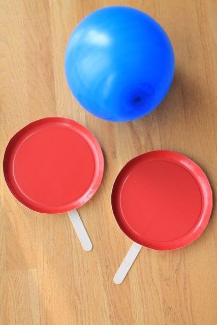 Tênis improvisado, com bexiga e pratinhos com palitos.