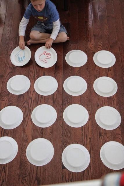 Jogo da memória com pratinhos, uma das brincadeiras para festa do pijama.