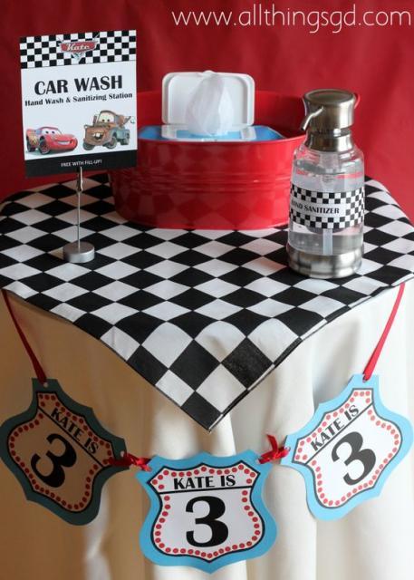 Mesa decorada com lenços umedecidos e álcool gel.