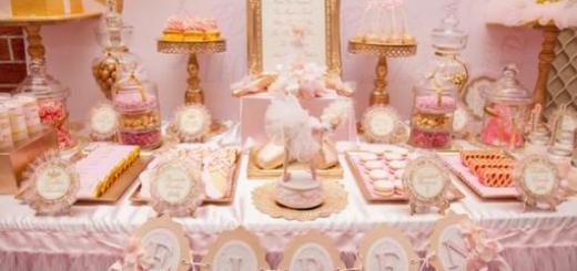 decoração de mesa com rosa bebê, branco e dourado