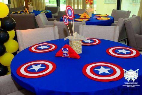Mesas dos convidados com toalha azul e jogo americano personalizado.
