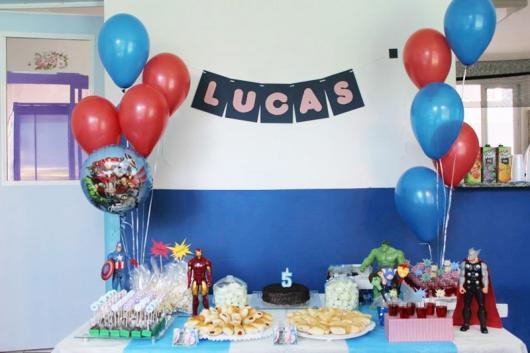 Decoração em sala de aula com bexigas e bandeirinhas.