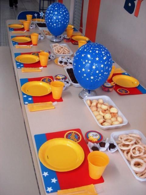 Mesa de escola com pratinhos e jogo americano.