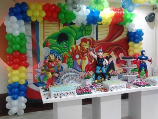 Fundo com desenho dos personagens e balões.