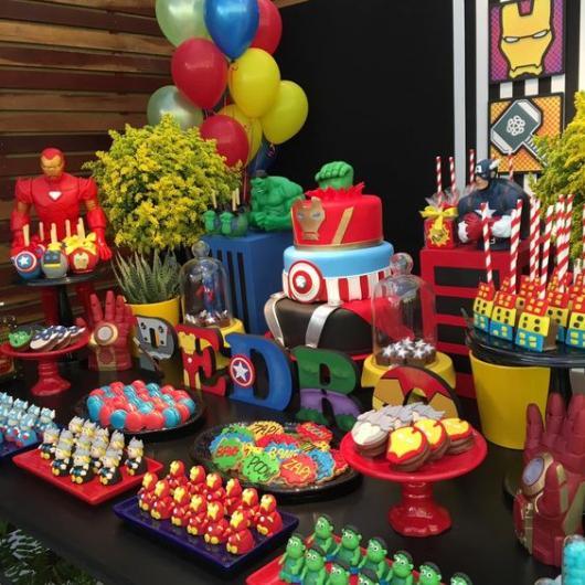 Decoração de festa dos vingadores com bexigas e bonecos.