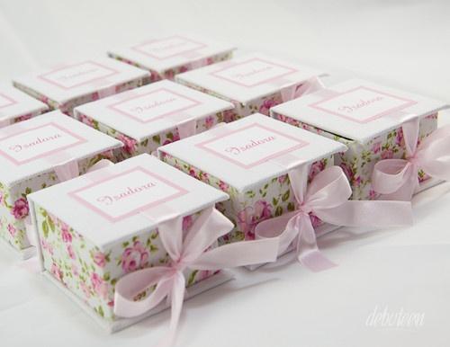 caixinhas de tecido florido com um lacinho rosa ao redor