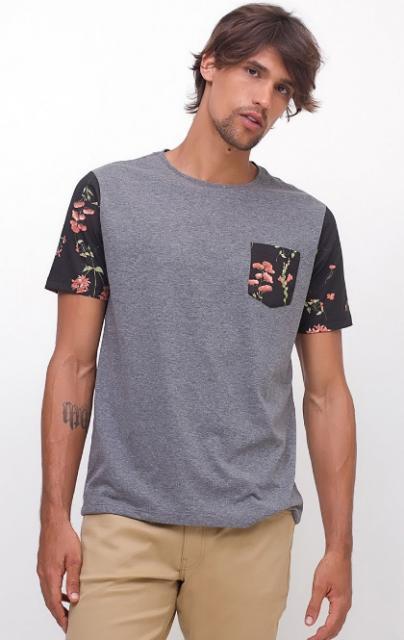 Camiseta cinza com mangas e bolso florido.