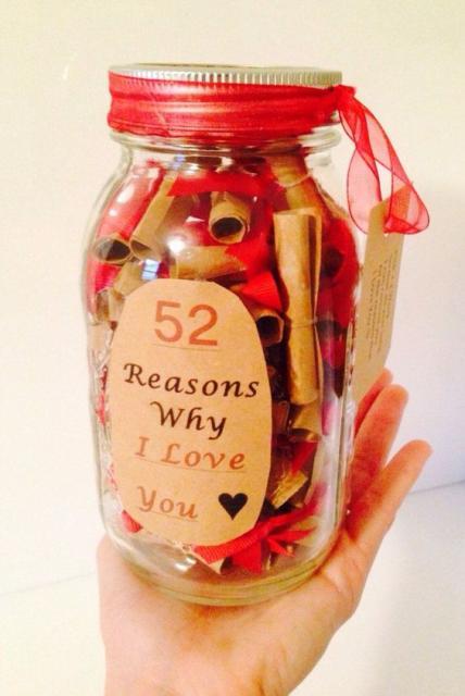 """Pote com vários papéis dentro, com um adesivo escrito """"52 razões pelas quais eu te amo""""."""