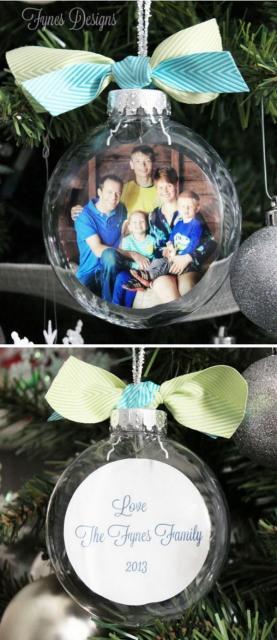 Enfeite de natal de bola com foto dentro.