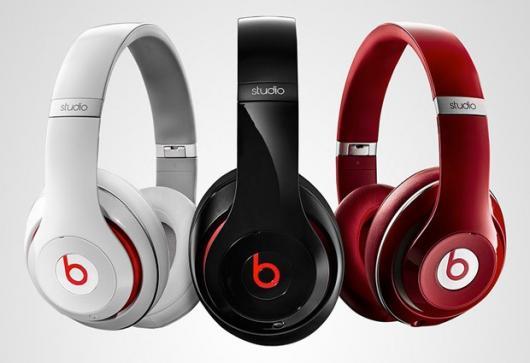 Fones de ouvido branco, preto e vermelho.
