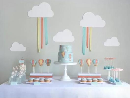 mesa decorada de arco-íris como temas de festa infantil feminina