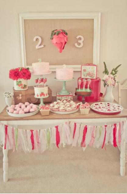 mesa decorada com tema de morango