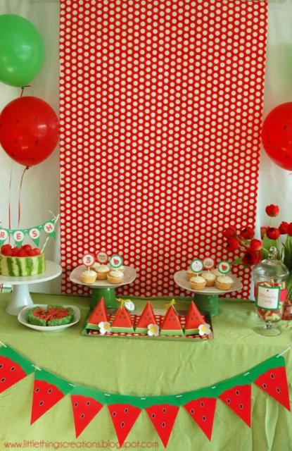 mesa decorada com tema de melancia com fundo de bolinhas
