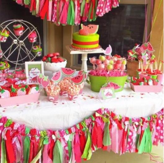 mesa decorada com tema de melancia para festa infantil feminina