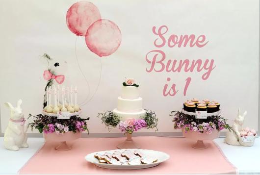 mesa decorada com tema de coelhos com detalhes em rosa