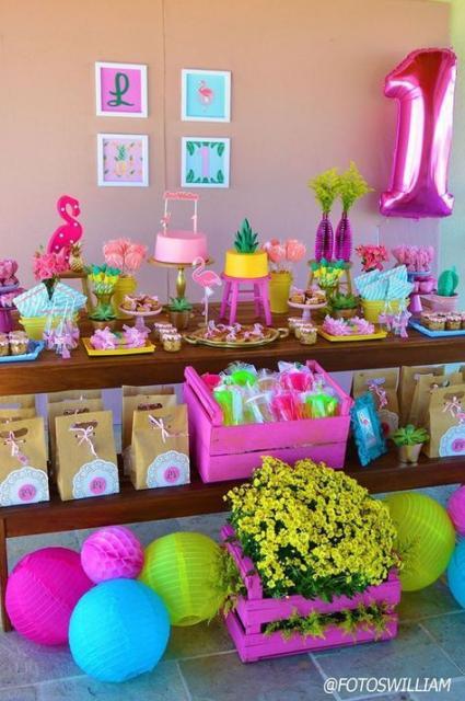 mesa decorada com tema de flamingos