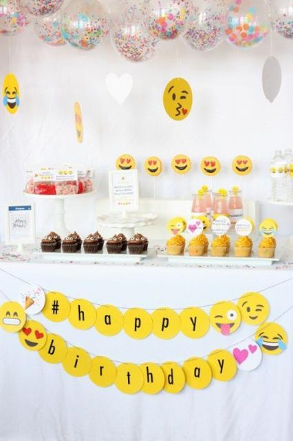 mesa branca decorada com emoticons