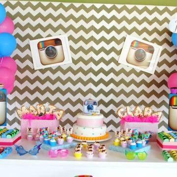 mesa decorada com tema de Instagram