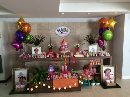 mesa decorada com tema de Dora, a Aventureira