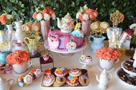 mesa decorada com tema da Alice no País das Maravilhas