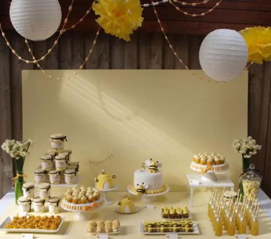 mesa decorada com abelhinhas como temas de festa infantil feminina