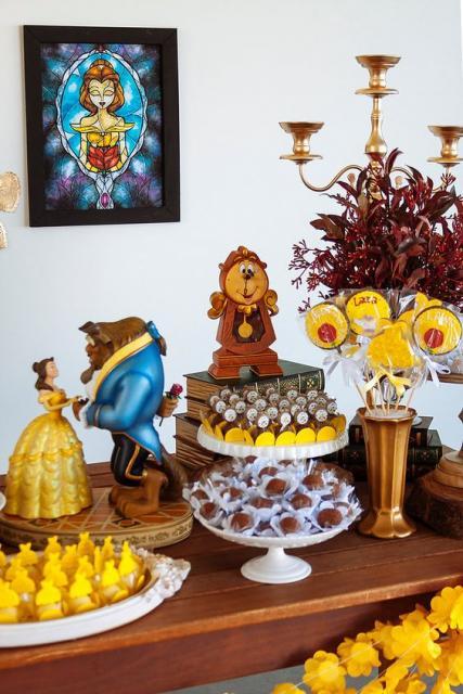 mesa decorada com tema de Bela e a Fera