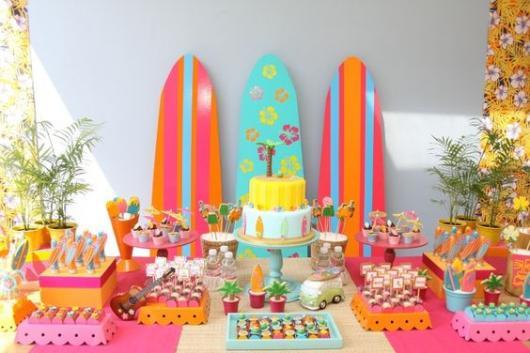 mesa decorada com tema surfe para festa feminina