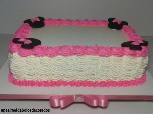 bolo retangular branco e rosa