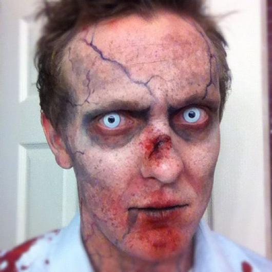 maquiagem zumbi com lente de contato