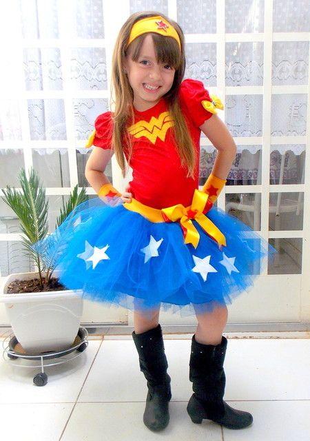 Menina vestida de Mulher Maravilh, com saia azul e camiseta vermelha.