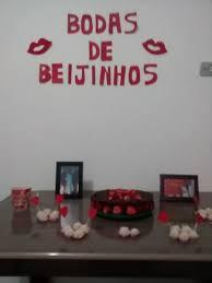 mesa decorada com beijinhos para bodas de beijinhos