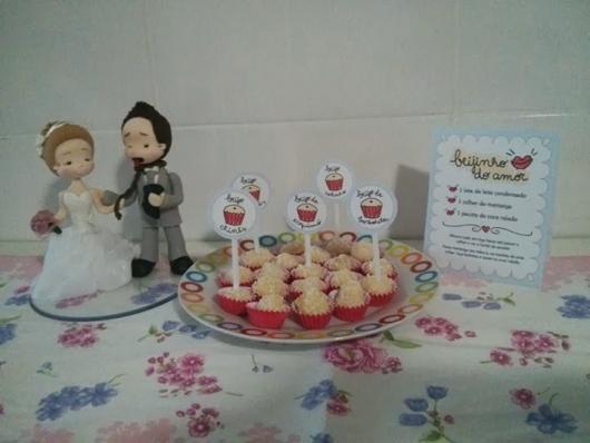 miniaturas do casal, com beijinhos e receita do doce ao lado
