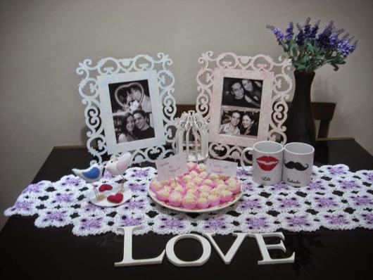 mesa com fotos do casal e beijinhos
