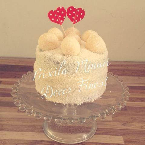 bolo de beijinho com corações no topo